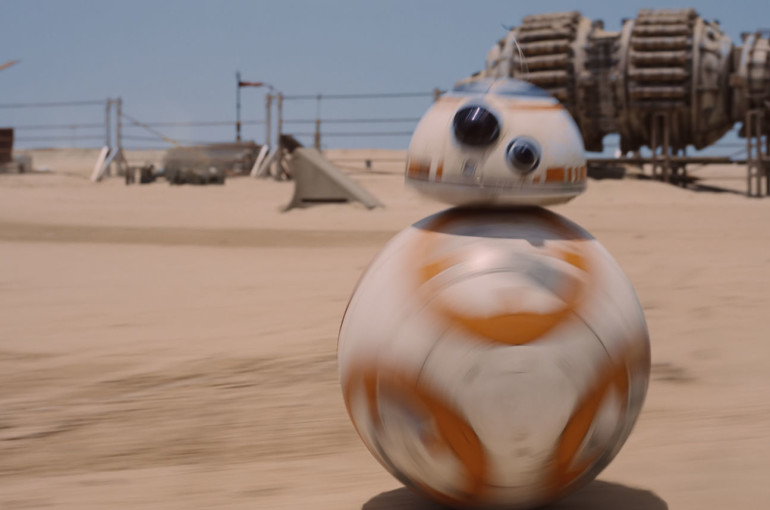 BB-8 hurries in the sands of Jakku
