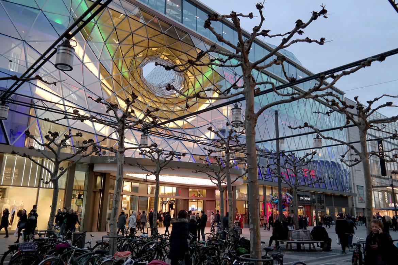 Niewielka galeria handlowa we Frankfurcie jest zinterowana z ulicą, przy której znajduje się wiele sklepów.