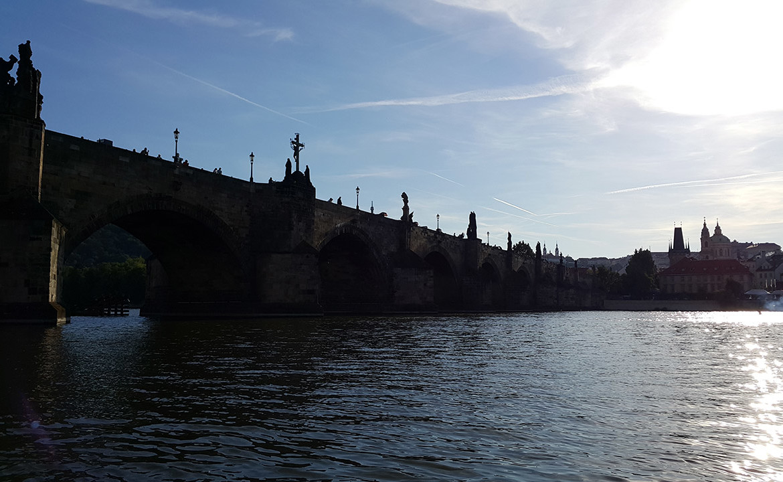 Most Karola o zachodzie słońca