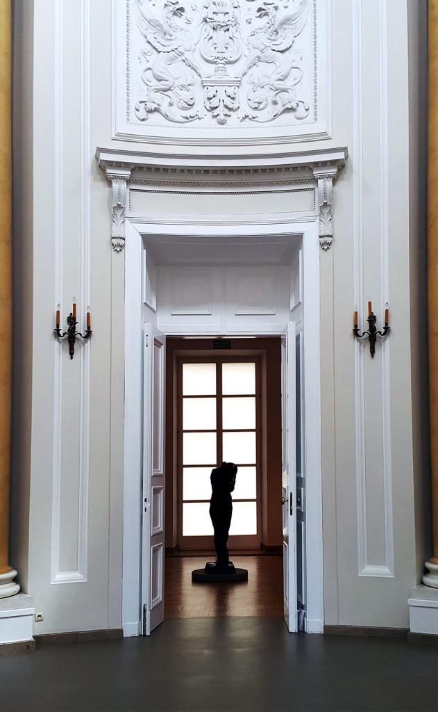 Taki widok mamy jak wchodzimy na wystawę, w kontrświetle - piękna rzeźba Augusta Rodina