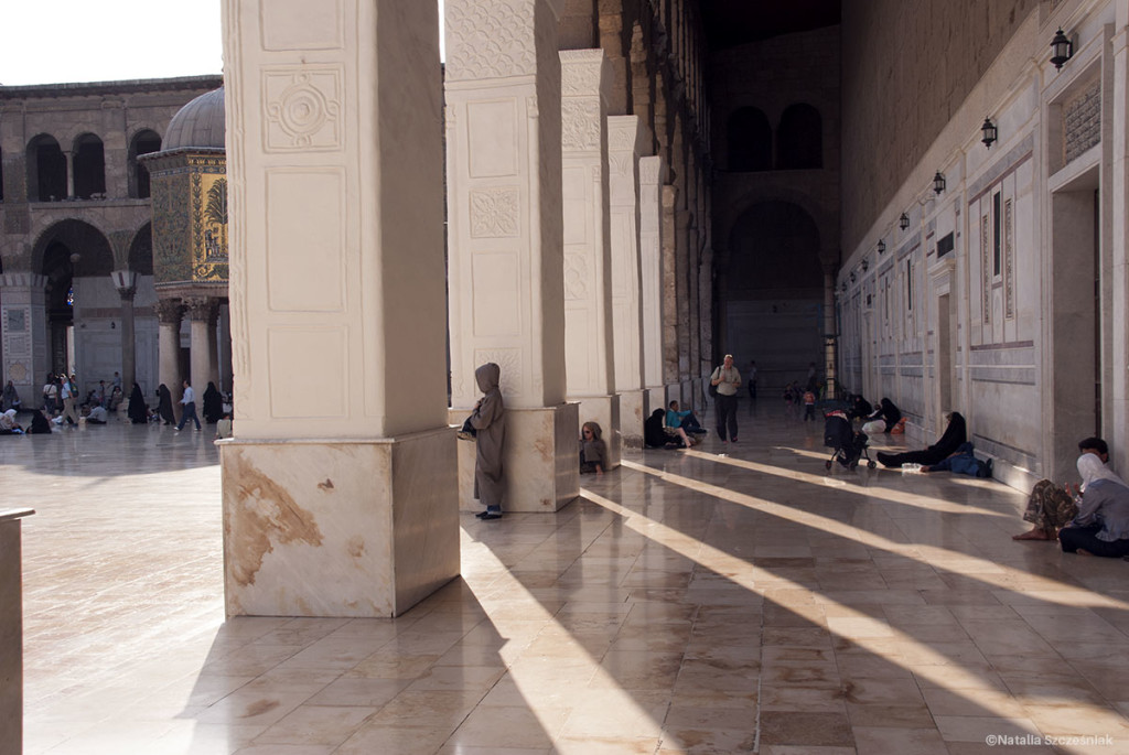 Dziedziniec meczetu - tu panuje niezobowiązująca, luźna atmosfera